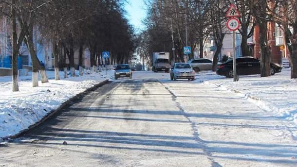 У Полтаві кладуть асфальт поверх снігу