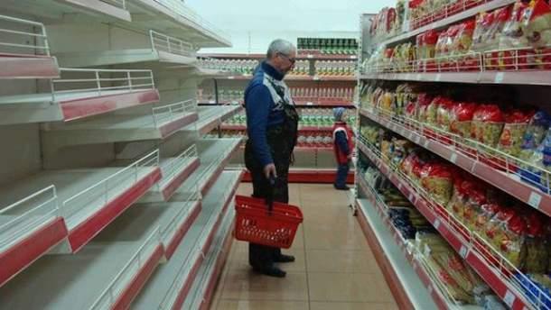 Чоловік у супермаркеті