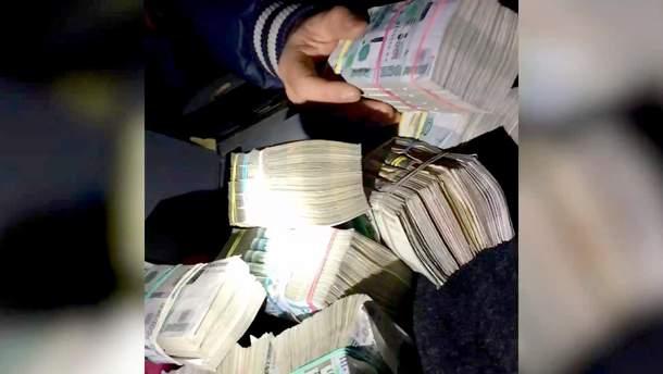 Пачки денег, найденные пограничниками в машине