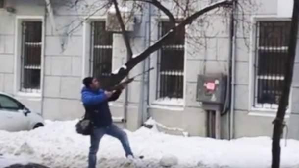 Чоловік розстріляв бурульки