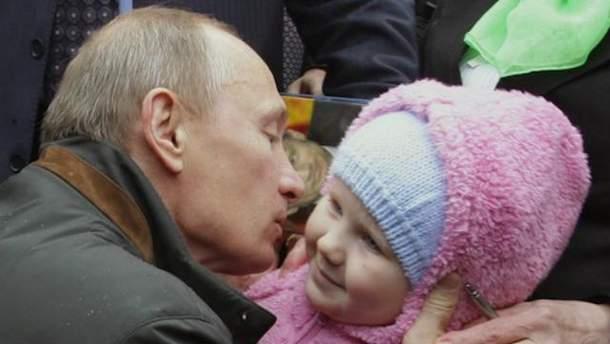 Путин целует ребенка
