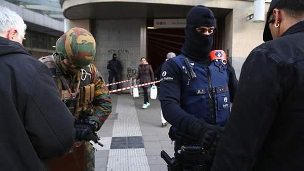 Бельгийский военный и полицейский проверяют документы