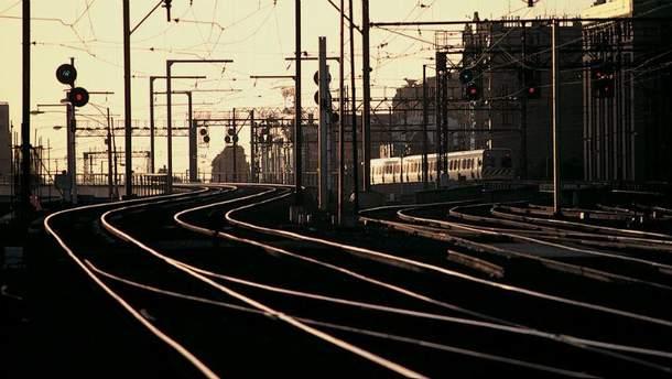 На Київщині закохані лягли під потяг