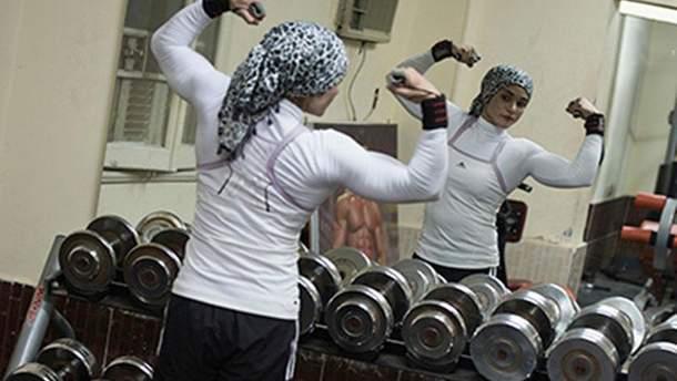 Мусульманка в спортзалі