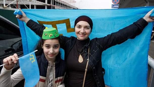 Девушки с флагом крымских татар