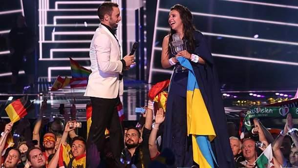 Джамала (справа) после победы на Евровидении-2016
