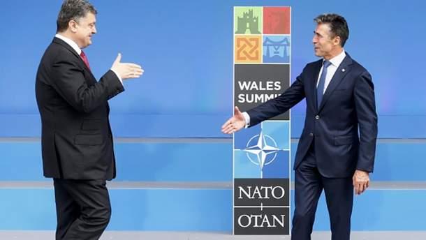 Петро Порошенко (ліворуч) на саміті НАТО в Уельсі