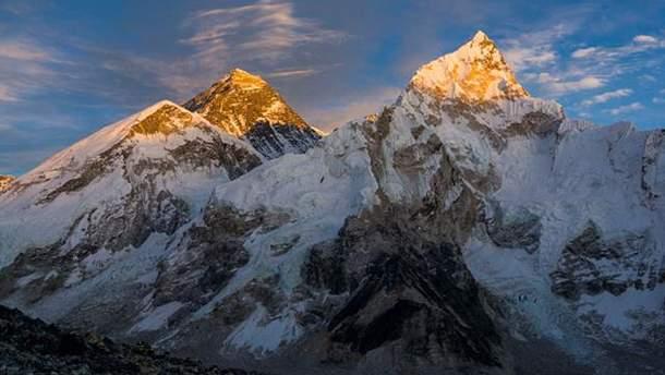 Гора Еверест (справа)
