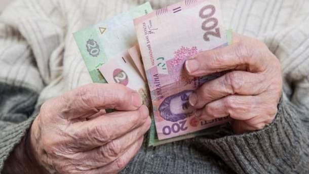 Пенсіонер рахує гроші