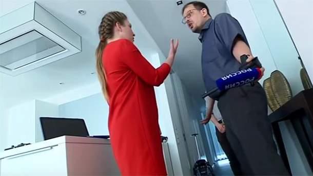 Российская журналистка берет интервью у Хайо Зеппельта