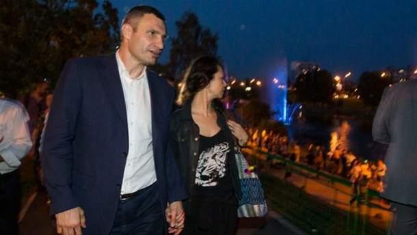 Мэр Киева с женой прогуливается по Русановской набережной