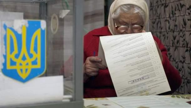 Бабуся розглядає виборчий бюлетень