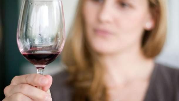 Жінка з вином