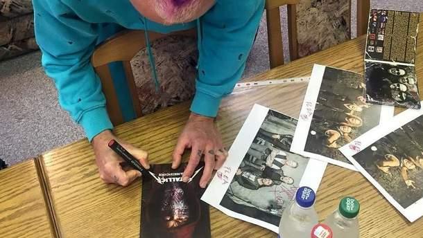 Музыкант RHCP подписывает диск Metallica