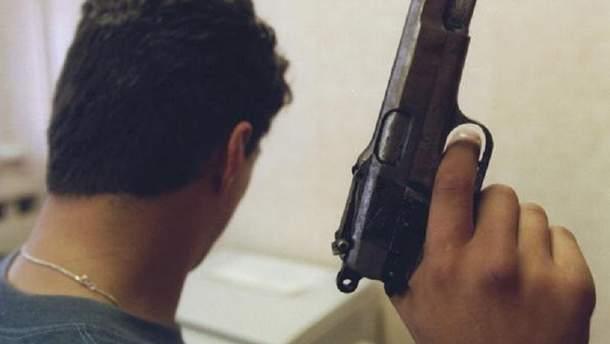 Чоловік зі зброєю