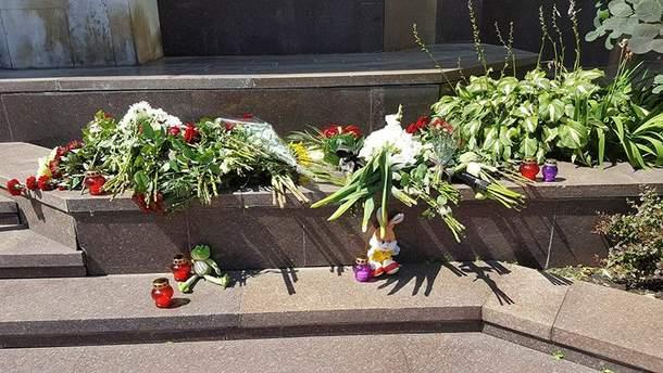 Кияни несуть квіти до посольства Франції