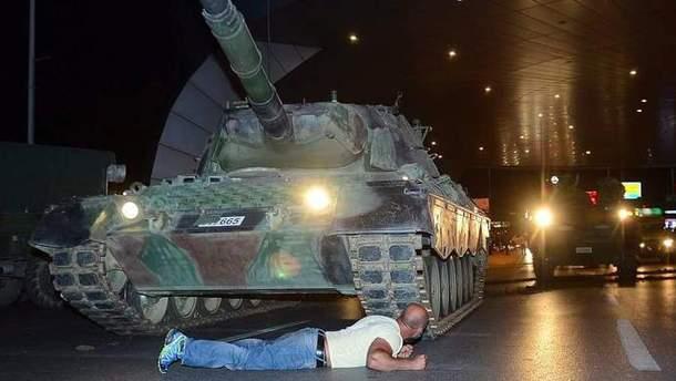 Житель Туреччини, який ліг під танк