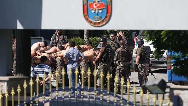 Затримані військові-учасники перевороту в Туреччині