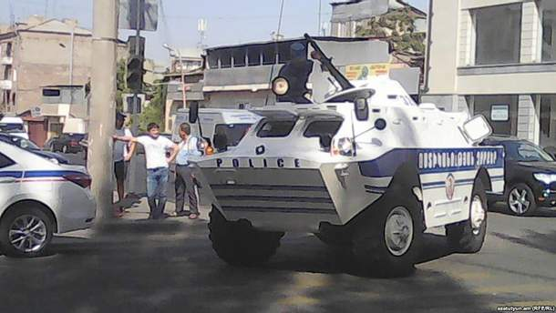 Озброєні люди захопили будівлю поліції у Єревані