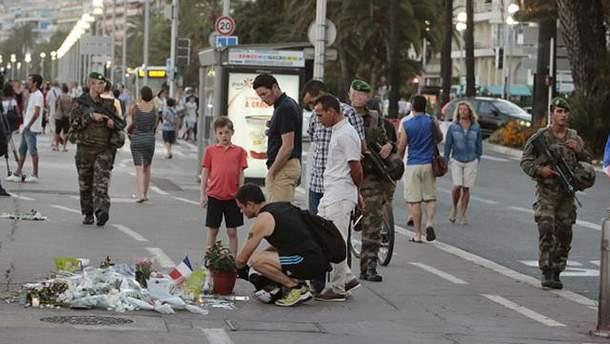 Люди несуть квіти на місце теракту у Ніцці