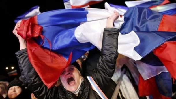 Жінка з прапором Росії