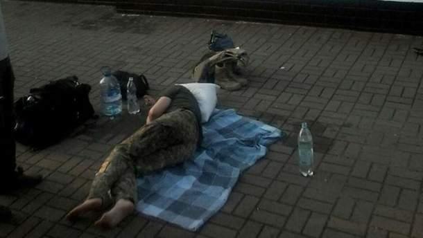 Женщину без сознания просто оставили на перроне