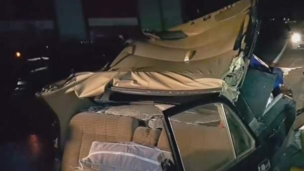 """Пасажирів """"Волги"""" затиснуло у салоні, а машині відірвало дах"""