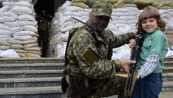 Игрушек на Донбассе нет, зато есть автоматы