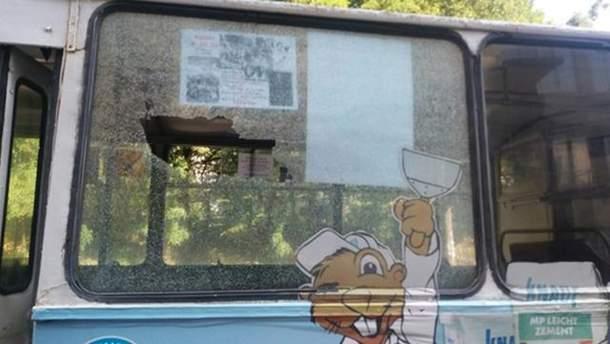 В Хмельницком неизвестный обстрелял троллейбус