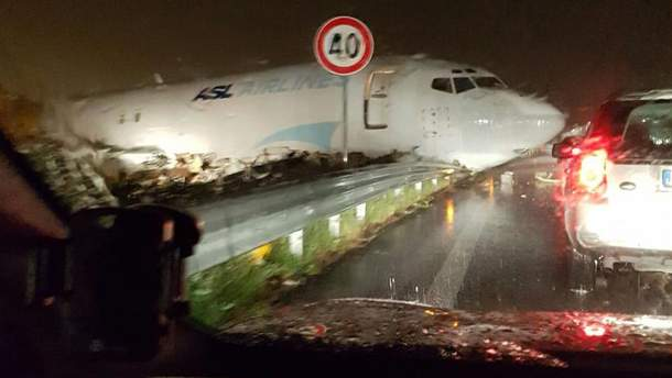 Boeing-737 совершил аварийную посадку на кольцевую дорогу