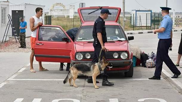 Російські окупанти у Криму перевіряють автомобіль