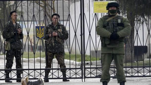 Українські війська в Криму блокували російські військові