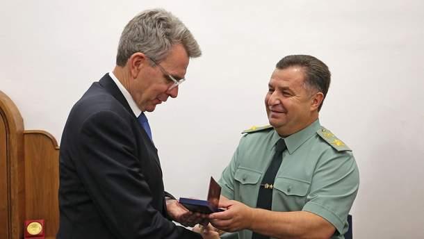 Джеффрі Пайетт отримав нагороду з рук Степана Полторака