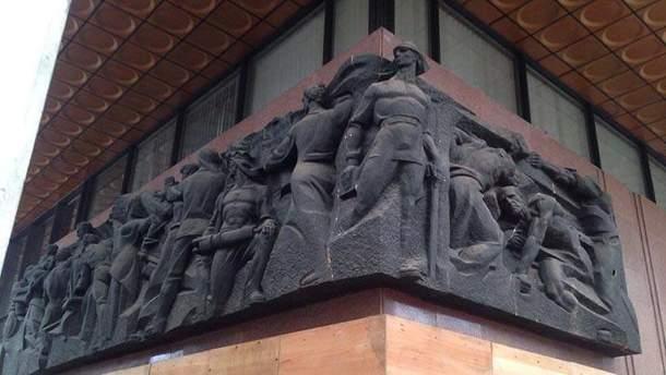 З Українського дому знімають радянські символи