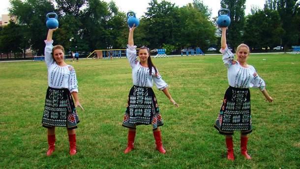Курсантки жонглюють гирями