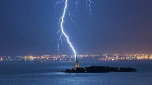 Молния бьет в Статую Свободы
