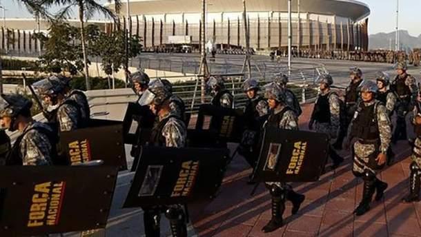 Полицейские пытаются защитить гостей Олимпиады