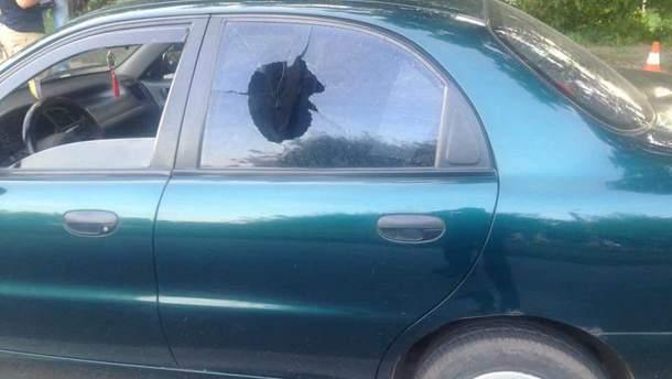 Мужчина выстрелил в окно машины