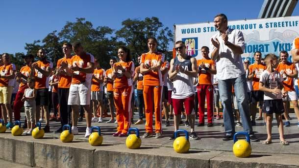 Виталий Кличко (справа) и другие участники соревнования