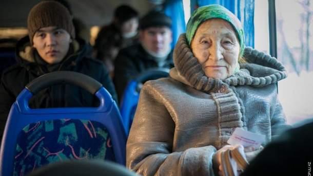 Пенсионерка в общественном транспорте