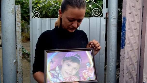 Мама с фотографией убитой девочки