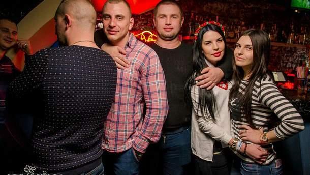 Геннадій Сімов ( у центрі) любить яскраве життя