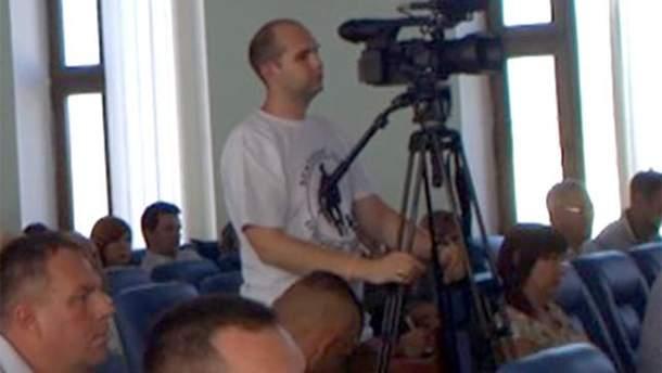 Оператор телеканалу прийшов на сесію міської ради в футболці