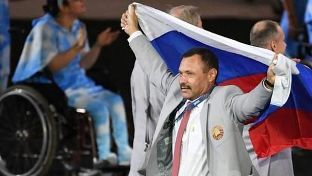 Белорусский спортивный чиновник вышел с флагом России
