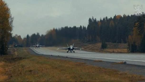 Винищувач успішно приземлився прямо на трасі: з'явилось видовищне відео