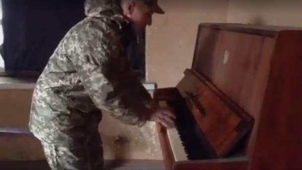 Военный играет на пианино в зоне АТО