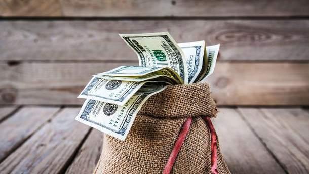 Українці несуть все більше грошей у банки