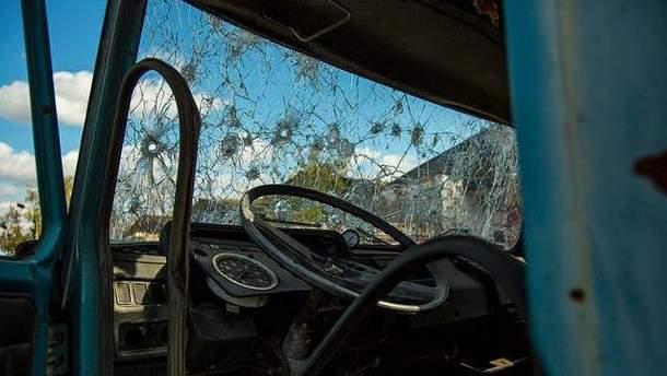 Авто після обстрілу на Донбасі