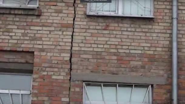 Тріщина на стіні школи