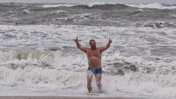 Одессит купается в шторм